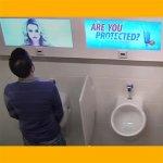 Pegadinha - Mulheres 'Invadem' Banheiro Masculino