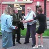 Casal de Idosos Briga na Rua com Mulheres Bêbadas