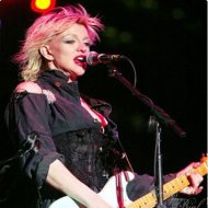 Courtney Love Publica Telefone no Facebook