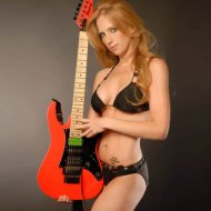 Bela Guitarrista do The Iron Maidens na Playboy Brasil